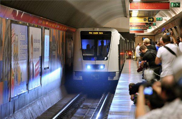 Érdeklődők várják a Deák téri metrómegállóban a begördülő új Alstom-szerelvényt, miután ünnepélyesen átadta a francia Alstom Transport cég az első Metropolis típusú szerelvényét Budapestnek, a 2-es metróvonal Puskás Ferenc Stadion állomásán. MTI Fotó: Máthé Zoltán