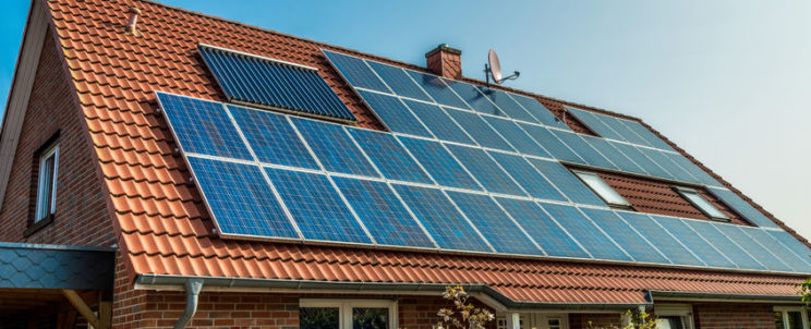 Hova érdemes napelemet telepíteni: lapostetőre, vagy nyeregtetőre?