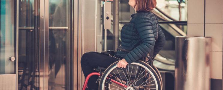 Egyszerű és gyors közlekedés mozgássérült lifttel