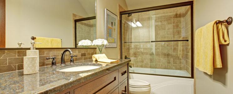 Védje fürdőszobáját a vizes padlótól, csempétől! – A zuhanykabinok és kádparavánok előnyeiről